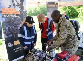 Pupils take on engineering tasks under the supervision and guidance of soldiers
